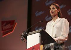 ロンドン(London)で開催されている紛争下の性暴力撲滅を目指す国際会議で、講演する米女優で国連(UN)特使を務めるアンジェリーナ・ジョリー(Angelina Jolie)さん(2014年6月11日撮影)。(c)AFP/LEFTERIS PITARAKIS ▼12Jun2014AFP|紛争下の性暴力に関する国際議定書、A・ジョリーさんら発表 http://www.afpbb.com/articles/-/3017472 #Angelina_Jolie
