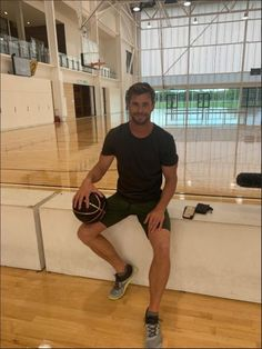 Chris Hemsworth - Chris at the Gold Coast Sports & Leisure Centre. Chris Hemsworth Kids, Hemsworth Brothers, Chris Pratt, Chris Evans, Marvel Photo, Man Thing Marvel, Hollywood Actor, Gold Coast, Hot Guys