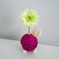 Centro Floral Aromático Flowerfresh modelo Ball. Bola central de color púrpura hecha de tiras de ratán. Cuenta con complementos como espiral y mariquita de madera. Además puedes elegir el aroma a evaporar.