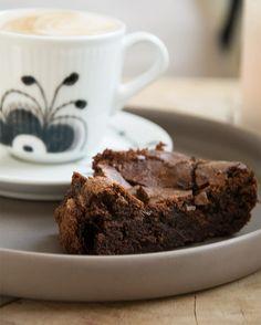 Verdens bedste chokoladekage ➙ Opskrift fra Valdemarsro.dk Sweet Recipes, Real Food Recipes, Cake Recipes, Dessert Recipes, Yummy Food, Desserts, Danish Dessert, Danish Food, Sweets Cake