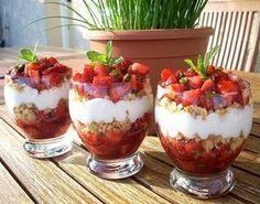 """750g vous propose la recette """"Tartare de fraises, pistaches et sablés"""" notée 5/5…"""
