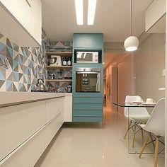 Geometria e toque de cor imprimem modernidade em cozinha que destaca espaço de refeições com beleza e funcionalidade by @unioarquitetura e 📷 @paulavillocqphotoarquitetura  #arquitetura #arquiteturadeinteriores #arquiteturaedesign #kitcheninspuration #kitchen #kitchendesign #decor #revestimentos #projetados #modulados #iluminação #contemporarydesign #homedecor #instadesign #instadecor #cuicine #cucina #cozinha #decoraçãodeinteriores #furniture #idea #reference #