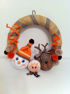 No esperes más para conseguir tu decoración navideña!! Puedes personalizar estas coronas navideñas tan chulas tanto como quieras!  Visítanos en - Facebook: Happy Days // Instagram: @Cris Cho // O en nuestra web: www.happydays.ecarty.com