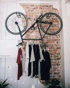 clothes-hanger-bicycle-rack - How to upcycle your old bicycle - Old Bicycle, Bicycle Art, Bicycle Decor, Bicycle Design, Diy Dressing, Dressing Room, Hanging Bike Rack, Bicycle Hanger, Pimp Your Bike