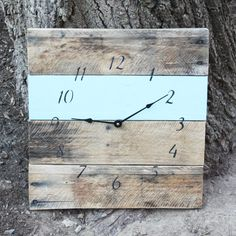 DIY inspiration-Made of recycled pallet wood, this unique clock is a handsome addition to any home. The weathered look of the wood and black numbers have a nautical air about them, while the painted aqua strip adds a cheerful spirit to the clock. Do It Yourself Furniture, Diy Furniture, Pallet Crafts, Wood Crafts, Diy Projects To Try, Wood Projects, Palette Deco, Wood Pallets, Pallet Wood