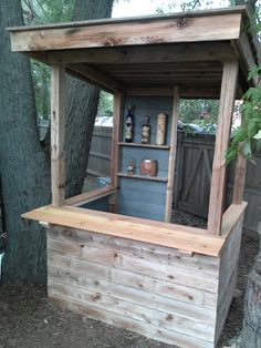 We just need to add shelves to one side and a lip around the side Deck Bar, Pool Bar, Patio Bar, Backyard Projects, Outdoor Projects, Bar Palettes, Diy Außenbar, Outdoor Tiki Bar, Pub Sheds