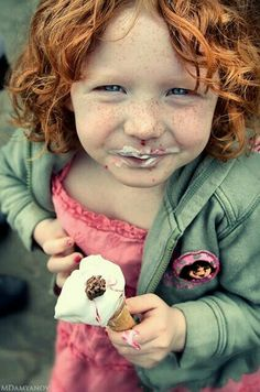 Aside from how adorable this little girl is, it is essential to catch a photo here and there of your kids eating their favorite sweets! Gelato, Ice Cream Art, Eating Ice Cream, Foto Casual, People Eating, Healthy Teeth, Baby Kind, Sugar And Spice, Freckles