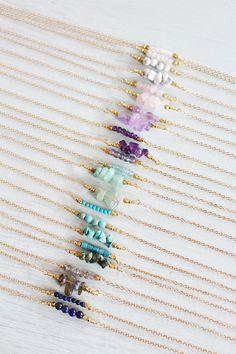 Mein Edelstein-Bar-Kette ist ein einfaches Design, das macht ein schönes Geschenk für sich selbst oder einen Freund.  Diese zarte Halskette Design verfügt über eine Reihe von Edelstein Perlen Ihrer Wahl neben zwei Metallkugeln. Die Edelstein-Bar ist über einen Zoll lang.  Steine der Zeichen: Januar: Rosenquarz, Granat (finden Sie hier: http://etsy.me/2hDJSUW) oder Tsavorit (finden Sie hier: http://etsy.me/2ibsyFw) Februar: Amethyst März: Aquamarin (finden Sie hie...