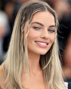 Margot honored Sharon Tate at the Cannes Film Festival by recreating the braided hairstyle the late actress wore to the same event in 1968 😍 swipe 👉🏼 Actriz Margot Robbie, Margot Elise Robbie, Margot Robbie Harley, Margot Robbie Style, Blonde Makeup, Hair Makeup, Margo Robbie, Cannes Film Festival, Hair Inspo