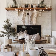 28 White Christmas Decor Ideas I don't care what anyone says! It's never too early for Christmas! Check out these beautiful white Christmas decor ideas for your home! Christmas Mantels, Cozy Christmas, Christmas Holidays, Christmas Fireplace, Christmas Quotes, White Christmas Decorations, Christmas Style, Christmas Vignette, Christmas Island