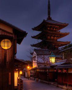 八坂の塔法観寺 定番の撮影場所 寒さのせいか観光客は少ない #京都 #八坂ノ塔 #マジックアワー #kyoto #yasakanotou #goldenhour by rekusan.jp
