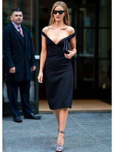 We've just discovered the foolproof winter outfit formula Rosie Huntington-Whiteley wears on repeat. Rosie Huntington Whiteley, Rosie Whiteley, Stylish Outfits, Cool Outfits, Fashion Outfits, Tweed, Prada, Kylie Jenner Outfits, All Black Looks