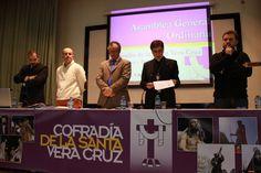 Rezo de preces en la asamblea de la Cofradía de la Vera Cruz