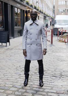 Combina trenchcoat en tonos grises con pantalones negros