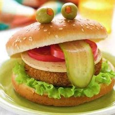 Funny burger for a kids party Cute Food, Good Food, Yummy Food, Funny Burger, Burger Food, Veggie Burgers, Food Art For Kids, Food Decoration, Food Crafts