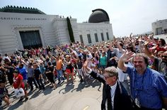 [Source: LATimes]About 300 visitors gathered on the lawn of Griffith Observatory in Los Angeles Friday afternoon to wave at the Cassini spacecraft as it took their picture from nearly 900 million miles away.The observatory was already abuzz with visitors when curator Laura Danly picked up a bullhorn
