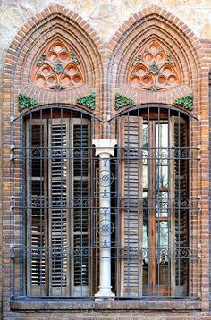 Barcelona - Gran Via 491 k 1 Casa Golferichs - 1900 / Architect: Joan Rubió i Bellver Beautiful Architecture, Beautiful Buildings, Art And Architecture, Architecture Details, Iron Windows, Windows And Doors, Old Doors, Entry Doors, Unique Doors