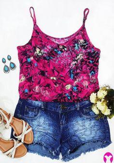 Trouxe um look lindo de inspiração para o fim de semana! Pode ser usado de dia ou de noite, em ocasiões informais. É um conjunto leve e simples de short jeans escuro e blusa estampada rosa. Os acessórios se encaixam bem na roupa, deixando o look super criativo e feminino. #verão #estilo #weekend