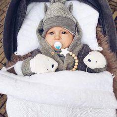 Haluatko päästä tosi helpolla vauvan pukemisen kanssa myös kylmällä säällä? Monan pieni poika matkustaa tyylikkäästi Baby's Onlyn lämpöpussin sisällä, väriksi Mona valitsi aina niin upean valkoisen✨ Lämpöpussia käytettäessä vauvaa ei tarvitse topata niin kovasti, joten liikkeelle pääsee nopeasti. Vauvat rakastavat lämpöä, joten unetkin tulevat lämpöpussin sisällä helposti❤️ Kiiitos tästä sydämeni sulattavasta kuvasta @monasdailystyle • • Asutko ulkomailla? PikkuVanilja-paketin voi tilata...