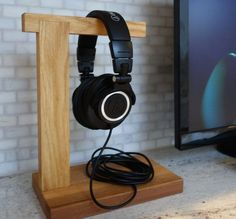 DIY Headphone Stand - Build a cool headphone hanger to get your over-the-ear headphones off your desk and keep them safe when you're not using them. Well we have some DIY Headphone Stand Ideas for you. Diy Headphone Stand, Headphone Storage, Headphone Holder, Headphone Splitter, Cheap Headphones, Cordless Headphones, Headset Holder, Speaker Stands, Wood Patterns