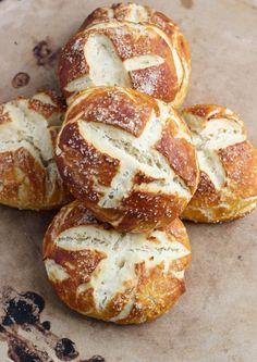 Salted Pretzel Rolls I love soft pretzels. Pretzel Rolls, Pretzel Bun, Pretzel Pizza, Bread Recipes, Cooking Recipes, Cooking Food, Potato Recipes, Casserole Recipes, Pasta Recipes