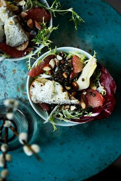 Salat med belugalinser, mandler og artiskokker og lune toast med gedeost