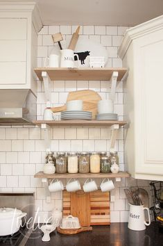 Create decorative shelves like professional designers with these simple tips! #shelves #farmhouse