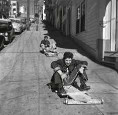 Muchachos deslizándose abajo por las cuestas de San Francisco en trineos de ruedas que construyeron ellos mismos (1952)