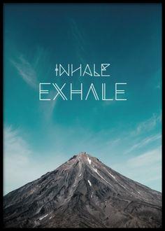 Plansch med fotokonst. Vacker poster / tavla med mindfulness känsla. Texten inhale, exhale.