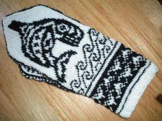 Killer whale mitten designed by Tara Melendez Knitting Patterns, Crochet Patterns, Crochet Ideas, Free Willy, Cowichan Sweater, Disney Cross Stitch Patterns, Killer Whales, Knit Mittens, Knit Crochet