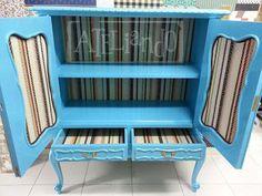 Ateliando - Customização de móveis antigos  Retiramos a prateleira antiga de azulejo e colocamos uma nova em madeira maciça.  Forrações marrom X laranja para combinar com o ambiente!