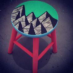 Banqueta Everest, banqueta pintada á mão. Informações: ateliejuamora@gmail.com www.facebook.com/ateliejuamora #banqueta #stool #everest #decor #design #arte #juamora