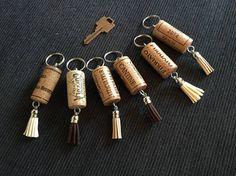 Porte-clés Matériaux: anneaux de métal, bouchons de liège, décorations Le prix est pour un porte-clés.