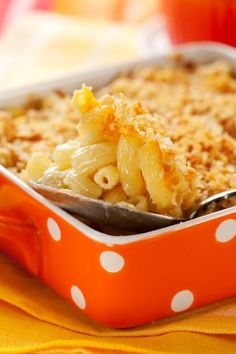 Meatball mac and cheese is the perfect week night dinner. Simply add in mozzarella cheese, meatballs, breadcrumbs and mac and cheese mix for an instant hit. Baked Macaroni, Macaroni Cheese, Mac Cheese, Cheddar Cheese, Cheese Soup, Cheese Recipes, Cooking Recipes, Gluten Free Mac And Cheese, Good Food