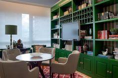 Uma base clássica torna-se o pano de fundo perfeito para o mix harmônico de móveis antigos e atuais desta nova decoração, que prima pelo bem-estar e aconchego. Projeto Marcele Murano.