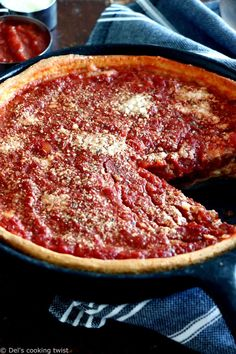 Discover the authentic Chicago-style deep dish pizza, made with a crunchy flaky crust and garnished with thick layers of cheese and tomato sauce. Pizza Recipes, Cooking Recipes, Skillet Recipes, Cooking Gadgets, Skillet Meals, Cooking Tools, Casserole Recipes, Dinner Recipes, Chicago Style Pizza