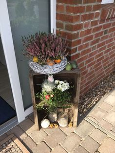 A simple and beautiful autumn decoration with old fruit boxes. - Dekoration - A simple and beautiful autumn decoration with old fruit boxes. Balcony Flowers, Diy Flowers, Flower Pots, Fairy Doors On Trees, Fairy Garden Doors, Fruits Decoration, Fruit Box, Fall Planters, Raised Garden Beds