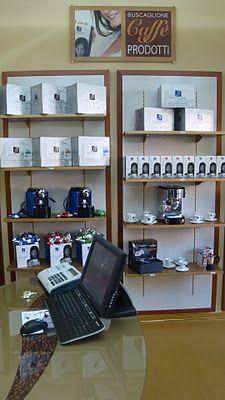 Situato ad Ostia, il Coffee Box è un'azienda italiana che distribuisce caffè e prodotti legati al suo consumo. Il potere del negozio è connesso all'arredamento concepito per assicurare un'atmosfera familiare e rassicurante.