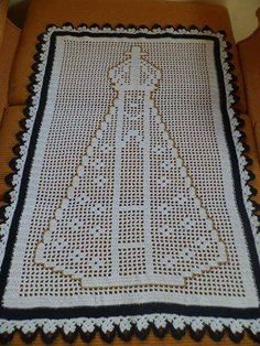 Olá!!!!   Esse caminho ficou muito lindo, não?   E é muito fácil de fazer... Feito com a linha Anne ele fica com o tamanho de 70 cm de alt... Filet Crochet, Crochet Doilies, Crochet Blocks, Crochet Patterns, Origami And Quilling, Crochet Christmas Ornaments, Curtain Patterns, Diy Ribbon, Beautiful Patterns