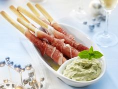 Food and Drink: Broodstengels met ham en pestodip recept - Hapjes . Sauce Pesto, Pesto Dip, Pan Pesto, I Love Food, Good Food, Yummy Food, Fingers Food, Snacks Für Party, Party Dips