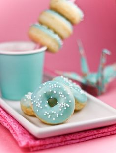 recipe for mini donuts.i love donuts.i love turquoise Mini Donuts, Blue Donuts, Blue Cupcakes, Bubble Gum Cupcakes, Donuts Donuts, Dunkin Donuts, Mini Desserts, Beaux Desserts, Party Mottos