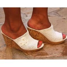 Sandalias Tejidas - Bs. 38.000,00 Crochet Boot Socks, Crochet Sandals, Crochet Gloves, Crochet Slippers, Knit Crochet, Knit Shoes, Sock Shoes, Cute Shoes, Flip Flop Sandals