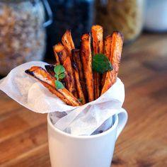 Hele hemmeligheten til sprø søtpotetfries ligger i en spesiell ingrediens. Si farvel til slappe søtpotetfries med dette enkle trikset! Low Carb Recipes, Carrots, Side Dishes, Fries, Food Porn, Food And Drink, Potatoes, Lunch, Vegetables
