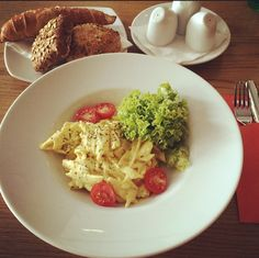 Leichte Nudeln - genau richtig, wenns draußen heiß ist :-) Das Hotel, Carving, Chicken, Eat, Food, Light Pasta, Central Station, Simple, Meal