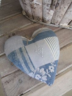 Coeur patchwork Plus Love Blue, Blue And White, Pin Cushions, Pillows, Fabric Hearts, Felt Hearts, Blue Hearts, I Love Heart, Heart Crafts