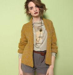 f6988ad26d6c Cette veste courte, col châle en côtes anglaises. Nouvelles proportions et  tricoté grâce au