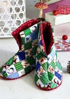Make a cozy Christmas gift with this simple bootie pattern. Quilted Christmas Booties keep toes toasty on chilly winter nights with fluffy batting and foam soles. Make a few of these quilted slippers in different fabrics.Quilted Slippers Tutorial by Quilting Tutorials, Quilting Projects, Sewing Tutorials, Sewing Projects, Sewing Ideas, Sewing Patterns Free, Free Sewing, Quilt Patterns, Free Pattern