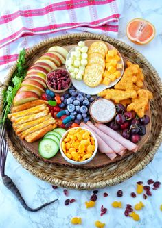 Charcuterie Lunch, Charcuterie Recipes, Charcuterie And Cheese Board, Cheese Boards, Snack Platter, Party Food Platters, Lunch Snacks, Healthy Snacks, Healthy Kids Party Food