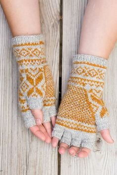 Ravelry: Belyse pattern by Ysolda Teague Fingerless Gloves Knitted, Knit Mittens, Wrist Warmers, Hand Warmers, Textiles, Knitting Projects, Knitting Patterns, Crochet Hooks, Knit Crochet