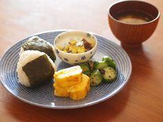24h Avec Blue(24h アベックブルー) 映画「かもめ食堂」みたいな、こんなおにぎりワンプレートはいかが? Cooking Sushi, Cooking Recipes, Cookbook Design, Food Porn, Easy Diets, Everyday Food, Food Presentation, Food Plating, Japanese Food